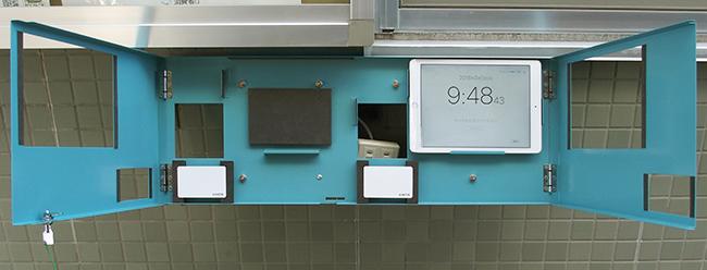 登降園管理用タブレット 壁面取付け金具1